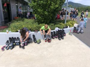 děti na skákacích botkách 2